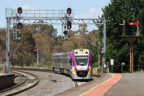 VLocity VL52 arrives into Castlemaine on the down