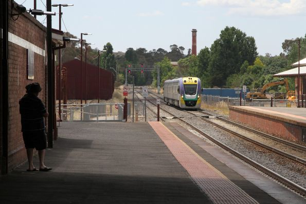 VLocity VL24 arrives into Castlemaine on the up