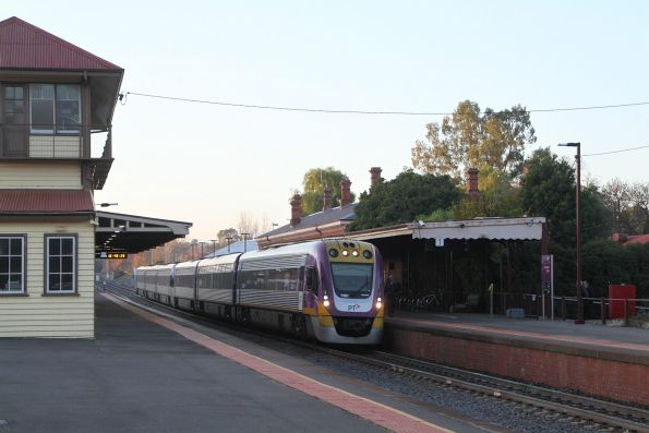 VLocity VL61 and classmate arrive into Castlemaine on the up