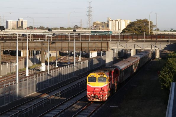 N475 leads an up Geelong train along the RRL tracks beside North Melbourne