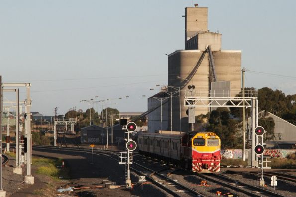 N459 leads a down Bacchus Marsh service along the RRL tracks towards Sunshine station