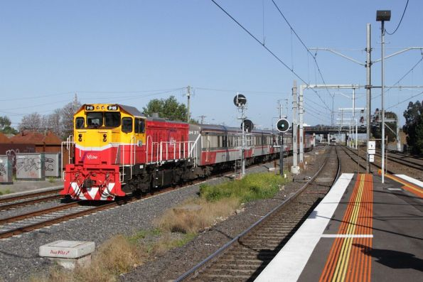 P15 leads a push-pull set ex-Bacchus Marsh through Middle Footscray
