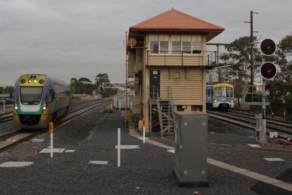 Parallel suburban and V/Line arrivals at Sunshine station, thanks to the new tracks