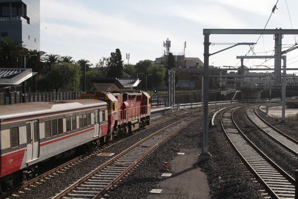 N459 stops at Footscray platform 4 for passengers