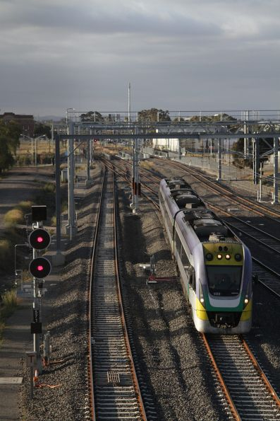 VLocity 3VL20 with an up Bendigo service diverges onto the RRL tracks at Sunshine