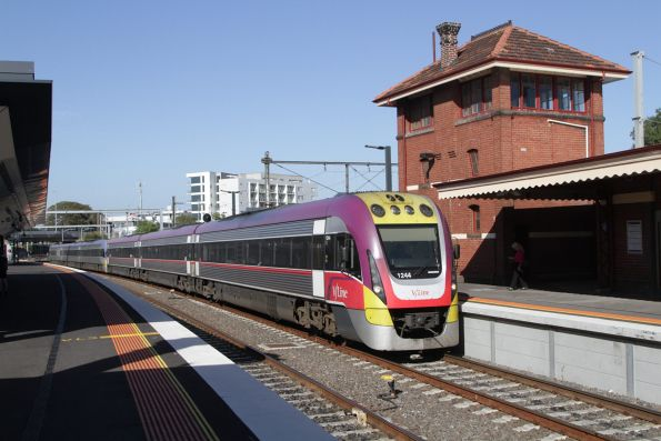 VLocity 3VL44 arrives into Footscray, bound for Wendouree