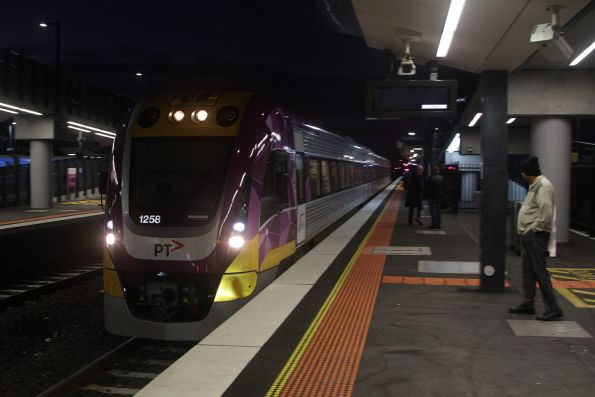 VLocity 3VL58 arrives into Sunshine with a down Geelong service