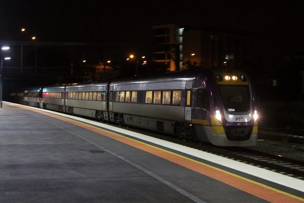 VLocity 3VL54 arrives into Footscray on a down service