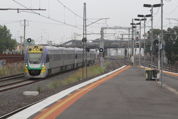 VLocity VL14 leads a classmate through Middle Footscray on the up