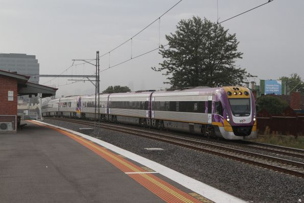 VLocity 3VL57 leads a classmate through Middle Footscray on the down