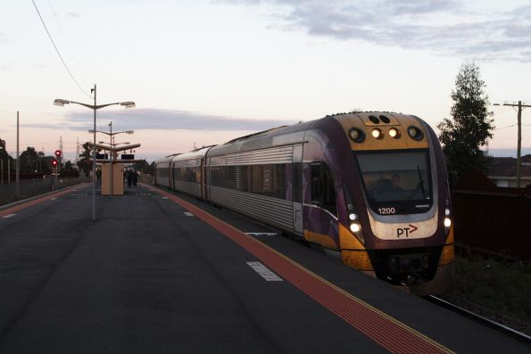 VLocity 3VL00 pauses at Ardeer station on a down service