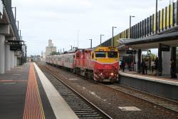 N460 arrives into Sunshine with a down Bacchus Marsh service