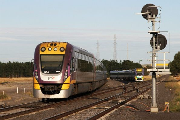 Pair of Geelong line services cross at Deer Park Junction