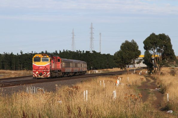 N466 approaches Deer Park Junction with an up Geelong service