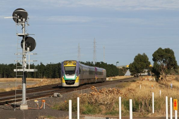 VLocity VL21 approaches Deer Park Junction with an up Geelong service