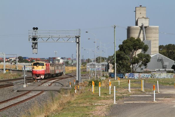 A66 approaches Sunshine with the down Bacchus Marsh service