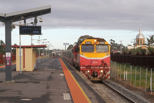 N464 runs express through Ardeer station on the up