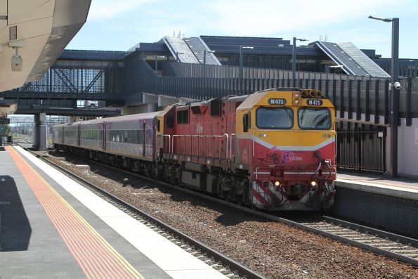 N471 arrives at Sunshine with an up Warrnambool service