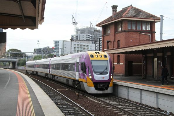 VLocity VL54 arrives into Footscray station on the down