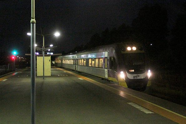 VLocity VL06 arrives into Ardeer on the down