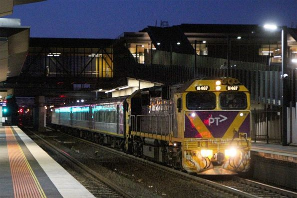 N467 leads carriage set VN5 and carriage BZN258 on the up Warrnambool at Sunshine