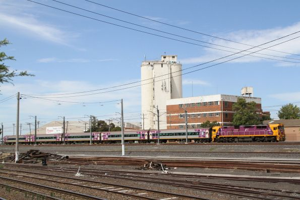 N461 leads carriage set VN18 on a down Warrnambool service through West Footscray