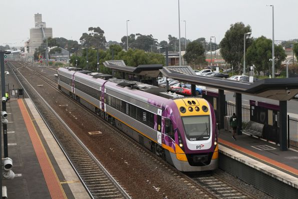VLocity VL42 arrives into Sunshine on a down Geelong service