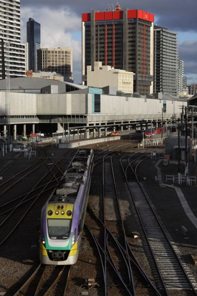 3VL39 departs Southern Cross, stopping for the signal at La Trobe Street as per normal