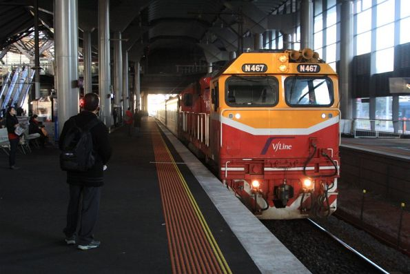 N467 arrives into platform 14 with an up Bairnsdale service