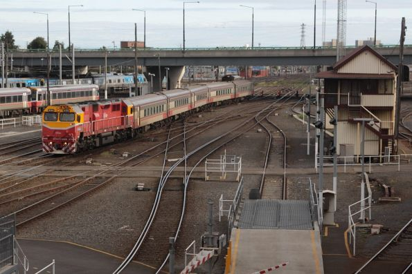 N464 arrives at Southern Cross with a five car N set