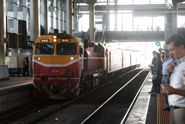 N461 arrives into Southern Cross platform 15 with an up service