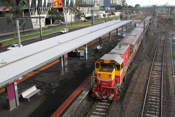P17 leads an up push-pull service into Southern Cross platform 15