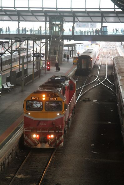 N472 runs around the carriages in platform 5