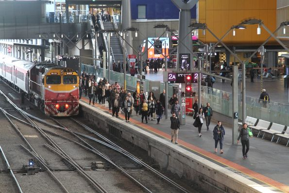 N455 arrives at the north end of Southern Cross platform 2