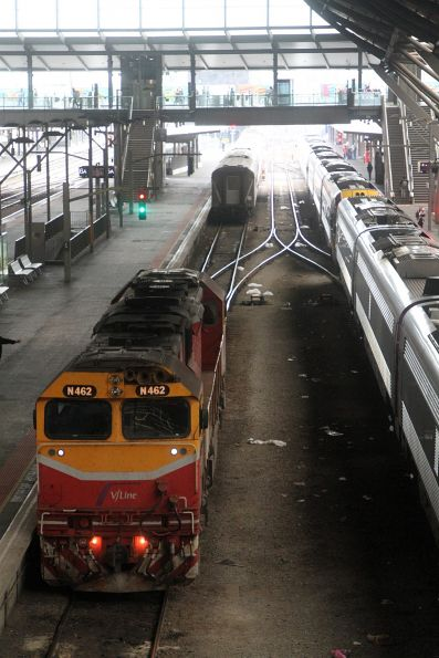 N462 runs around a carriage set at Southern Cross platform 5