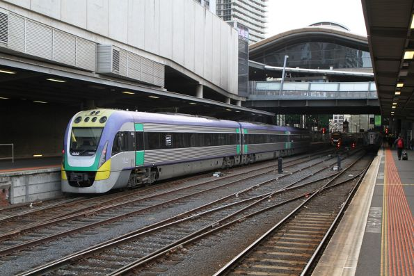 VLocity VL22 arrives at Southern Cross platform 2
