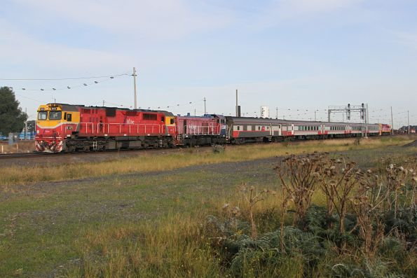N471 and P13 on the up at Tottenham, hauling failed down Albury service back to Melbourne