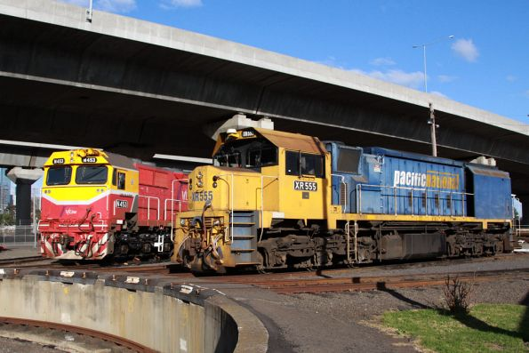 N453 now on the standard gauge, beside XR555 at the South Dynon SG turntable