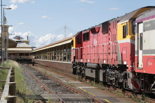 N464 about to run around the train following arrival at Albury station