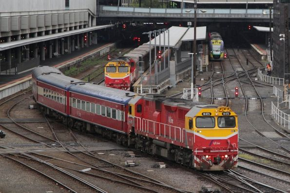 N471 leads red carriage set FN18 on transfer to Newport for repainting