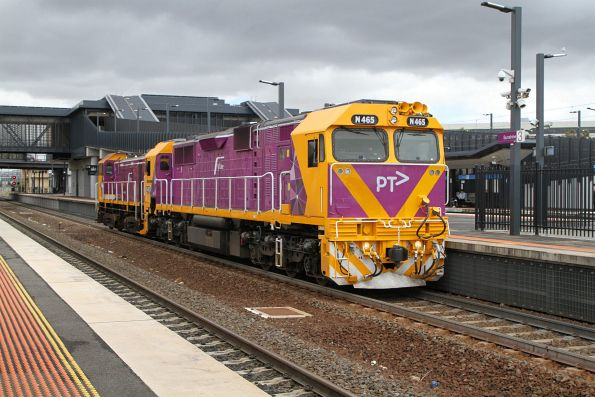 N465 transfers Y129 through Sunshine, returning to Southern Cross from a stint shunting at Geelong