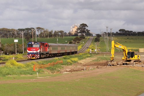 Passing the new housing developments of Grovedale and Waurn Ponds