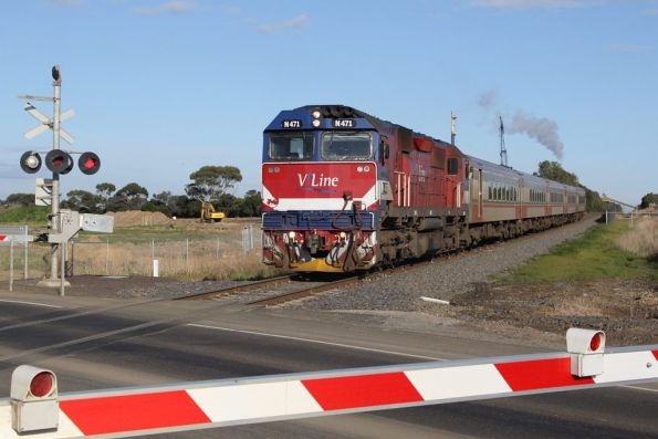 N471 crosses the new Anglesea Road level crossing with the up Warrnambool service