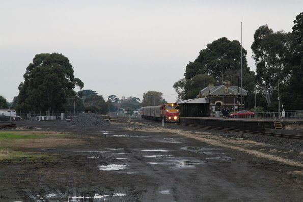 N453 leads a down Warrnambool service into Terang station