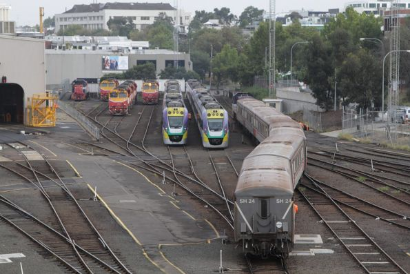 6-car H set is shunted into the sidings at Dudley Street