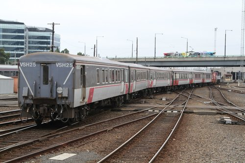 Y129 shunt a H set from Southern Cross platform 2 to the carriage wash
