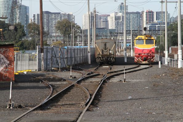N456 shunts around a stabled carriage set at the Arden Street sidings