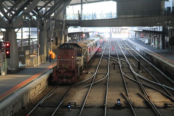Y156 shunts at carriage set at Southern Cross platform 3