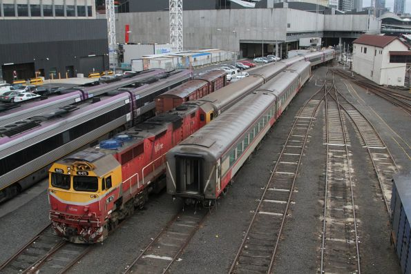 N471 shunts a carriage set towards Southern Cross platform 1
