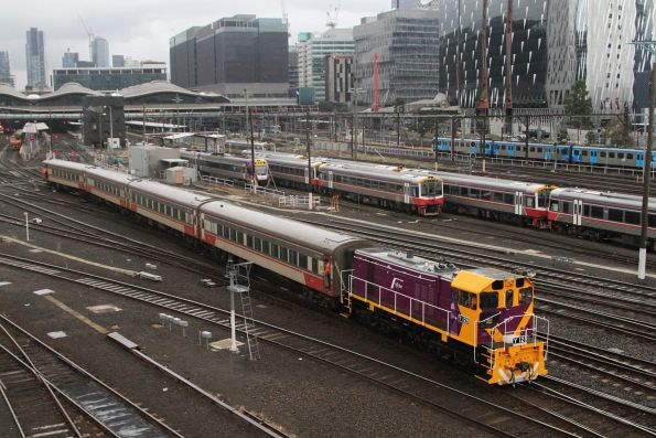 Y129 shunts carriage set FN13 over the platform at Southern Cross
